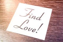 Rappel d'amour de découverte sur le papier se trouvant sur le placard en bois Photos libres de droits
