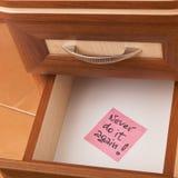 Rappel de papier dans le tiroir ouvert de bureau Images stock