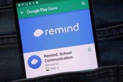 Rappelez : L'appli de communication d'école sur le site Web de Google Play Store montré sur le smartphone caché dans des jeans em photographie stock