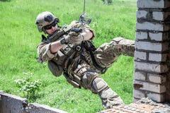 Rappeling с оружиями Стоковое Изображение RF