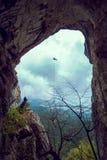 Rappeling i en grotta fotografering för bildbyråer