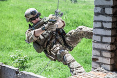Rappeling mit Waffen Lizenzfreies Stockbild