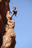 rappelling rock för klättrare arkivfoto