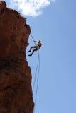 rappelling rock för klättrare royaltyfria bilder
