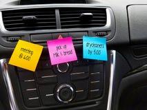 rappels sur les notes collantes colorées dans la voiture Image stock