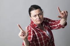 Rapper femminile che mostra un gesto di mano aggressivo per l'atteggiamento arrogante immagini stock