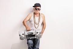Rapper senior ostinato che tiene un artificiere del ghetto Fotografia Stock