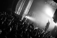 Rapper silhouet en menigte royalty-vrije stock afbeeldingen