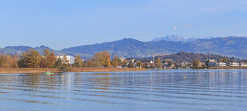 Rapperswil, vista no lago Obersee Foto de Stock Royalty Free