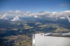 Rappezzatura dei campi, del terreno boscoso e dei villaggi dall'aereo sopra l'Europa centrale Fotografie Stock