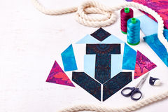 Rappezzatura di cucito dell'ancora del blocco, bobine dei fili, tessuti, corda Fotografia Stock