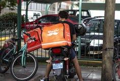 Rappi-Fahrer, der am Nahrungsmittelzustelldienst arbeitet lizenzfreie stockbilder