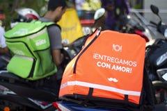 Rappi, Uber eet en Glovo-dozen in fietsen stock foto