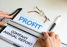 Rapport annuel de vos affaires pour analyser des bilans financiers Images libres de droits