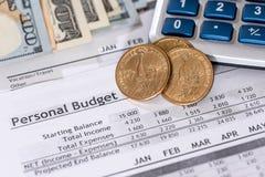 Rapport av en personlig budget med dollar, mynt Fotografering för Bildbyråer