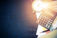 Rapport d'analyse de graphique de gestion avec le stylo, la calculatrice et le Cl d'alarme Photos libres de droits
