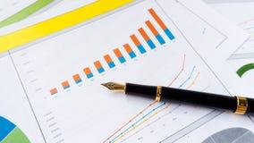 Rapport de gestion avec la déclaration de stylo avec l'analyse de graphique et de données image stock