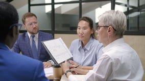 Rapport de représentation analytique financier à diriger sur le briefing dans le bureau banque de vidéos