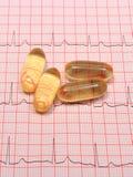 Rapport et comprimés de graphique d'électrocardiogramme Image stock