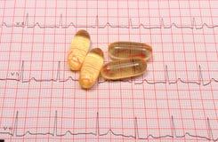 Rapport et comprimés de graphique d'électrocardiogramme Photos stock