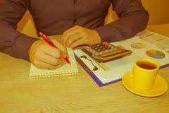 Rapport f?r danande f?r inspekt?r och f?r sekreterare f?r administrat?raff?rsman finansiell, ber?kning eller kontrollj?mvikt Skat arkivfoto