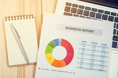 Rapport financier avec l'ordinateur portable et le carnet Comptabilité Image libre de droits