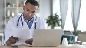 Rapport médical afro-américain de docteur Reading, diagnostiquant le patient banque de vidéos