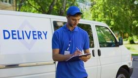 Rapport remplissant de travailleur de société de livraison, le travail à temps partiel d'étudiant, expédition rapide banque de vidéos