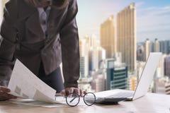 Rapport wo för dokument för innehav för hand för anseende för affärskvinna finacial arkivfoto