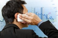 rapportera för telefon för affärsman finansiellt Arkivbilder