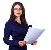 Rapporti della tenuta della donna di affari ed esaminare macchina fotografica, isolata sopra bianco Fotografia Stock