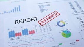 Rapporto confidenziale, mano che timbra guarnizione sul documento ufficiale, statistiche video d archivio