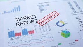Rapporto confidenziale, mano del mercato che timbra guarnizione sul documento ufficiale, statistiche archivi video