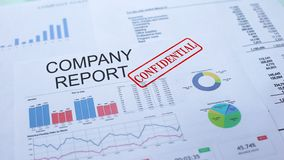 Rapporto confidenziale, mano della società che timbra guarnizione sul documento ufficiale, statistiche video d archivio
