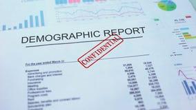 Rapporto demografico confidenziale, timbrando guarnizione sul documento ufficiale, statistiche archivi video