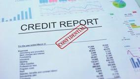 Rapporto di credito confidenziale, mano che timbra guarnizione sul documento ufficiale, statistiche stock footage