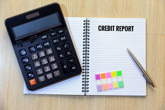 Rapporto di credito sul blocco note con il calcolatore, segnalibro variopinto e Fotografia Stock Libera da Diritti