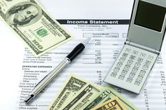 Rapporto di dichiarazione dei redditi con il calcolatore, la penna ed i usd di soldi per la b Immagini Stock