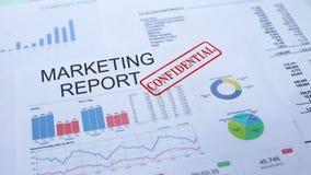 Rapporto di vendita confidenziale, timbrando guarnizione sul documento ufficiale, statistiche stock footage