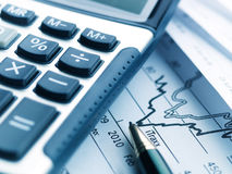 Rapporto finanziario del calcolatore Fotografie Stock Libere da Diritti