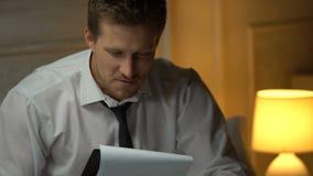 Rapporto finanziario leggente soddisfatto dell'uomo d'affari, buone notizie, riuscita partenza archivi video
