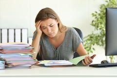 Rapporto preoccupato della lettura degli impiegati all'ufficio Fotografia Stock