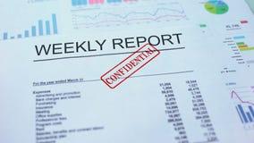 Rapporto settimanale confidenziale, mano che timbra guarnizione sul documento ufficiale, statistiche archivi video