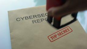 Rapporto top-secret, mano di Cybersecurity che timbra guarnizione sulla cartella con i documenti video d archivio