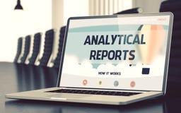 Rapports analytiques sur l'ordinateur portable dans le lieu de réunion 3d Photo libre de droits