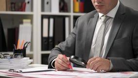 Rapports de gestion, tables de données et diagrammes - directement au-dessus de vue d'espace de travail de table de bureau banque de vidéos