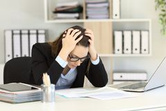 Rapports de ventes déprimés de lecture d'employé de bureau Photographie stock libre de droits
