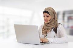 Rappresentante arabo del cliente con la cuffia avricolare Immagini Stock Libere da Diritti