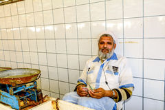 Rappresentante che conta soldi nel mercato ittico in Deira, Em unito del Dubai immagini stock