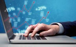 Rappresentante che lavora al grafico con il computer portatile Immagini Stock